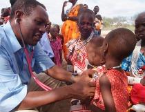 I dottori visitano i bambini in un villaggio africano