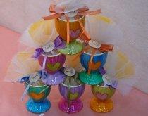 Porta uova colorati e decorati con cuore per le bomboniere di matrimonio
