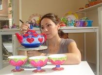 Chiara Mantero mentre dipinge le bomboniere