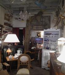 Interno del negozio di antiquariato Antico e Antico