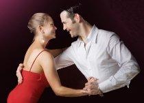 Sposi durante una lezione di ballo latino americano