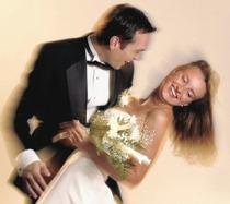 Coppia di sposi che si divertono ballando durante il ricevimento di matrimonio