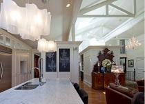 Casa arredata in stile classico/moderno dai forti contrasti