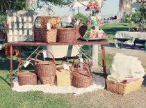Cestini di vimini per il ricevimento di matrimonio in giardino