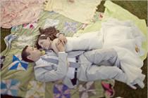 Sposi stesi sulla tovaglia durante il wedding picnic