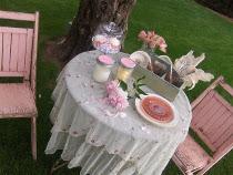 Tavolo per il wedding picnic allestito con vasetti di marmellata