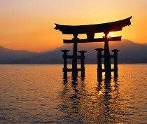 Torii: porta d'ingresso nell'acqua del tempio Itsukushima dell'isola di Miyajima
