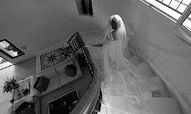 La sposa scende le scale della location di matrimonio