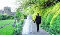 Sposi fotografati presso il castello per il loro matrimonio