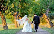 Sposi che si allontanano per una passeggiata intima