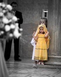 Foto in stile reportage della damigella al matrimonio realizzata da Silvia Cleri