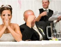 Gli sposi imbarazzati durante il discorso di un amico
