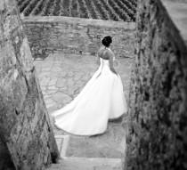 La sposa cammina per le stradine del borgo