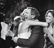 La sposa abbraccia il padre dopo il discorso al matrimonio