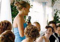 La testimone di nozze durante il discorso al ricevimento