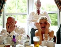Gli sposi ridono durante il discorso al matrimonio