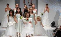 Sfilata di abiti da sposa e da damigella durante la fiera Sposi del Nuovo Millennio