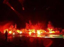 Fontana rosso incendio a bordo piscina