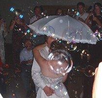 Gli sposi durante la danza della pioggia