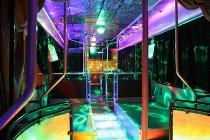 Interno dell'autobus con la pista da ballo