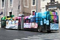 Autobus tutto colorato per la festa di addio al nubilato e celibato