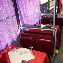 Tavoli all'interno dell'autobus per un pranzo o una cena