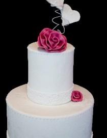 Torta di matrimonio multipiano con dettagli di fiori e cuori rosa realizzata da Debora Vena