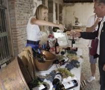 Degustazione di vini locali durante il matrimonio country