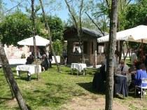 Casette di legno nel bosco di Villa Emo per l'aperitivo di nozze