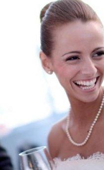 Sposa sorridente durante il giorno delle nozze
