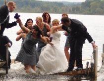Imprevisto di matrimonio, sposi e invitati cadono in acqua
