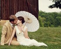 Gli sposi si baciano sull'erba