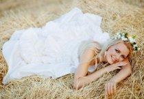 Sposa con coroncina di fiori in testa per il matrimonio country