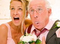 La sposa con il padre preoccupati per gli imprevisti durante il matrimonio
