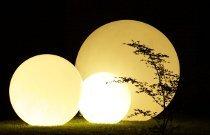 Illuminazione di design per un matrimonio all'aperto realizzata da Modo Eventi