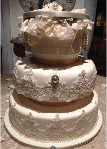 Torta cofanetto con pizzi pregiati e perle dallo stile retro realizzata da Design della Cerimonia