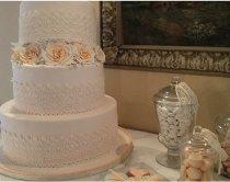 Torta nuziale a cofanetto dallo stile romantico con rose creata da Design della Cerimonia