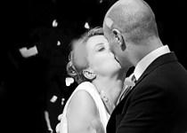 Foto in bianco e nero del bacio degli sposi realizzata da Photostudio DM