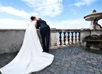 Foto degli sposi che ammirano il panorama realizzata da Photostudio DM
