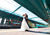 Fotografia in stile reportage degli sposi che si baciano realizzata da Photostudio DM