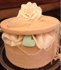 Torta cofanetto con perle realizzata da Design della Cerimonia