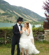 Gli sposi brindano durante il loro matrimonio sul lago