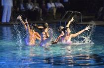 Atlete durante uno spettacolo di nuoto sincronizzato - Le cirque de l'eau