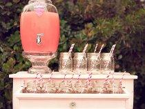 Brocca con rubinetto e bicchieri con cannuccia per le drink station
