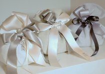 Bomboniere bianche con un ciondolo gioiello by VP Palmieri