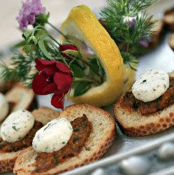 Crostini preparati dagli chef di Ville Romane Catering