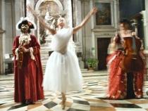 Esibizione della ballerina con la musica - Musica in Maschera