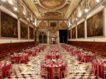 Sala con dipinta e affreschi allestita in modo moderno per il matrimonio