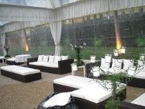 Stile moderno con divani in ecopelle per le nozze