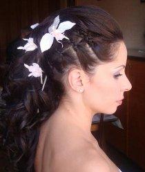 Acconciatura con fiori bianchi realizzata da Tagliati X il Successo Elda